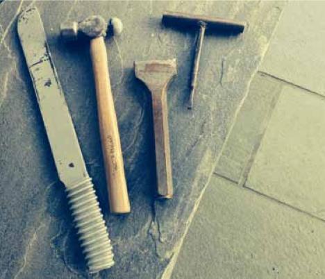 På bildet fra venstre til høyre: skiferkniv, kulehammer, meisel, risser.