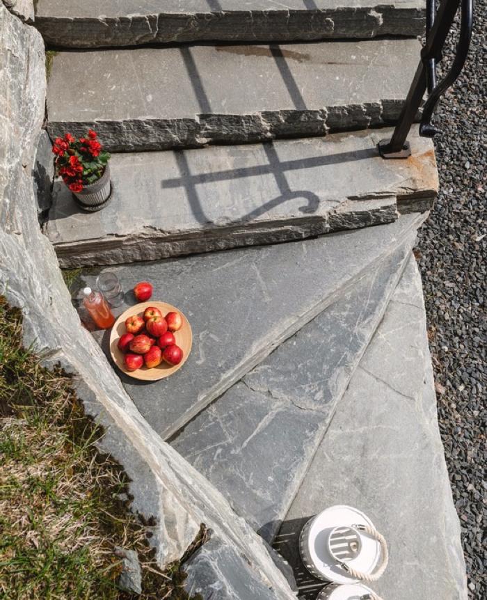 Utendørs steintrapp lagd av Oppdal-skifer