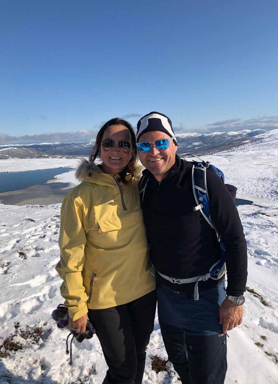 Portrett av to personer i strålende sol i det norske vinterfjellet