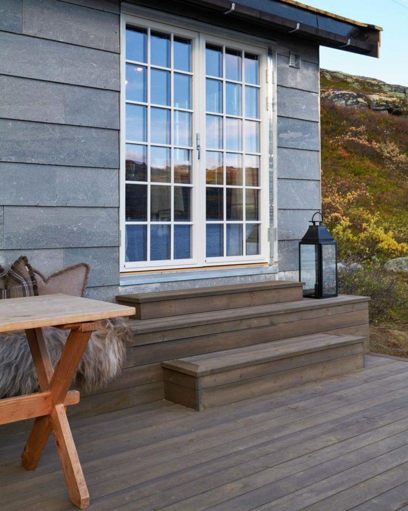 En fasade i lys Oppdalskifer_liggende flis på en hytte