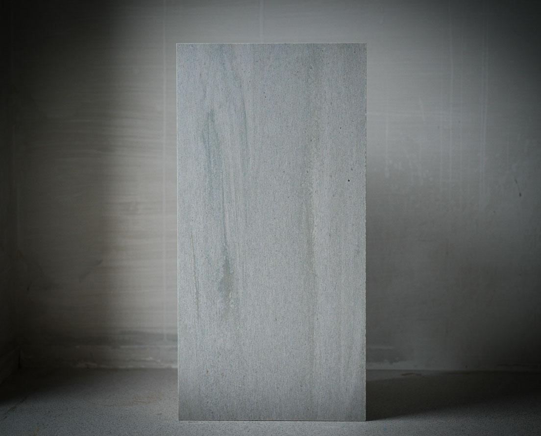 En fasadeplate i lys Oppdal silkebørstet skifer