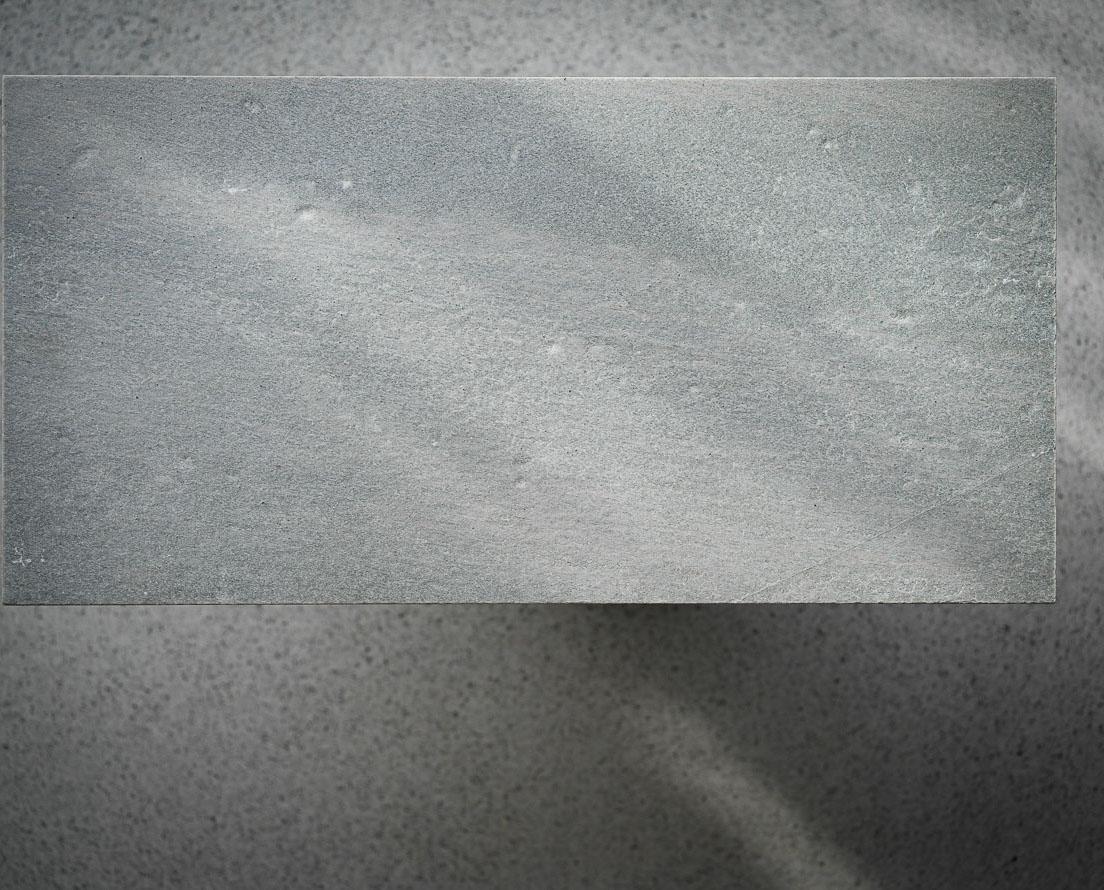 Bilde som viser en flis i lys Oppdal antikkbørstet skifer