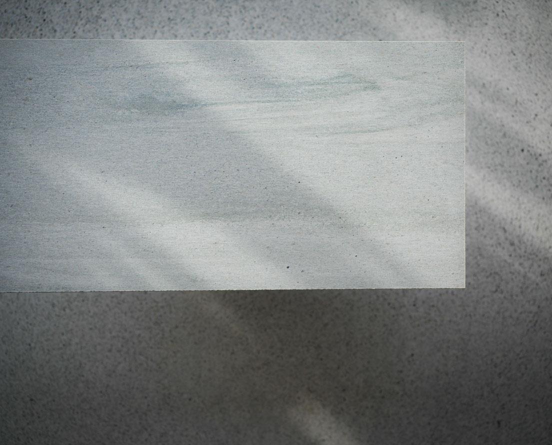 Bilde som viser en flis i lys Oppdal silkebørstet skifer