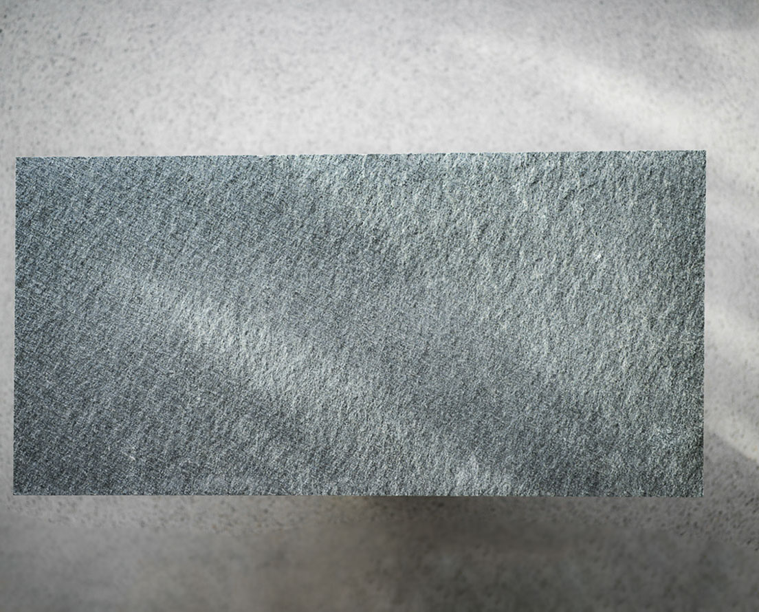 En flis av Offerdal skifer i antikkbørstet overflate