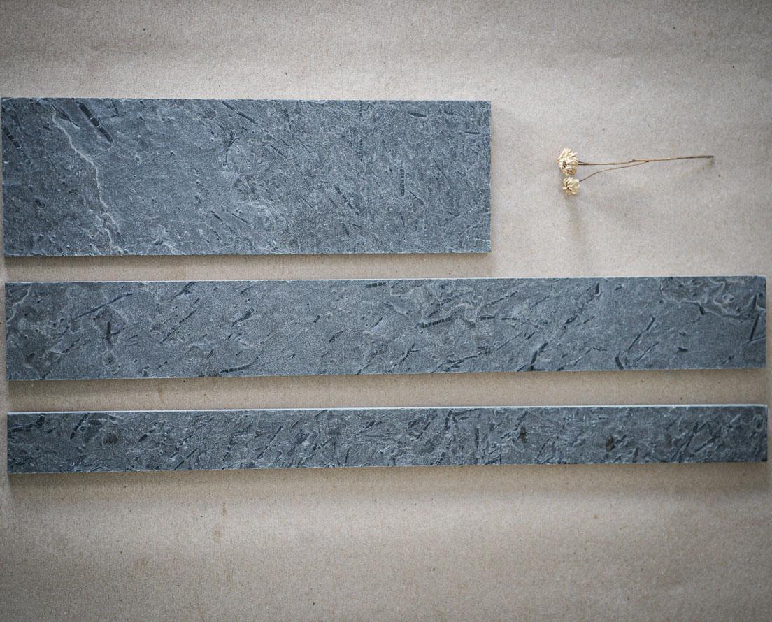 Bilde som viser smaler fliser kalt strips i skifer Otta børstet