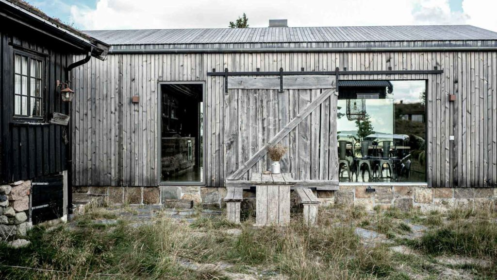 Gylden Ottaskifer på grunnmuren av en moderne hytte av materialer som er gjenbrukt