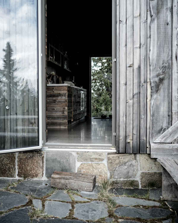 Gylden Otta takskifer på grunnmuren til en moderne hytte av gjenbrukte materialer