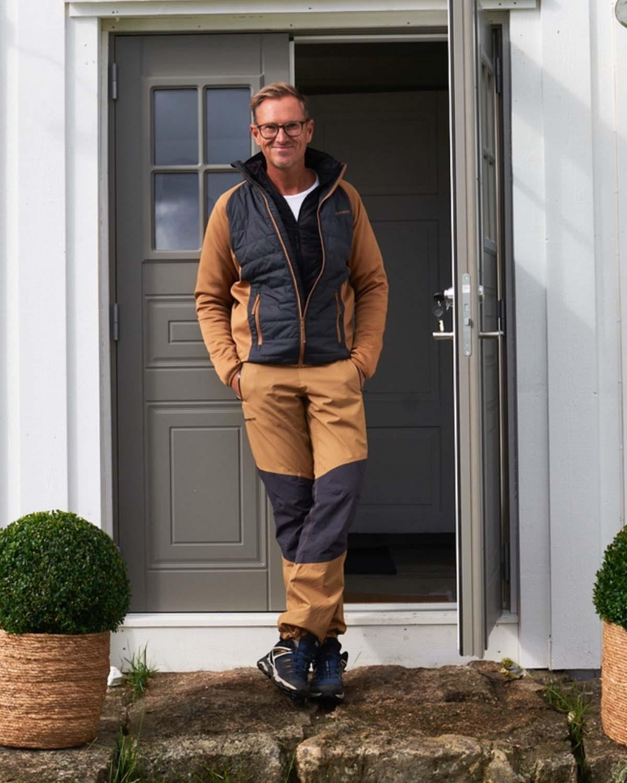 Interiørdesigner og programleder Halvor Bakke står på en steintrapp