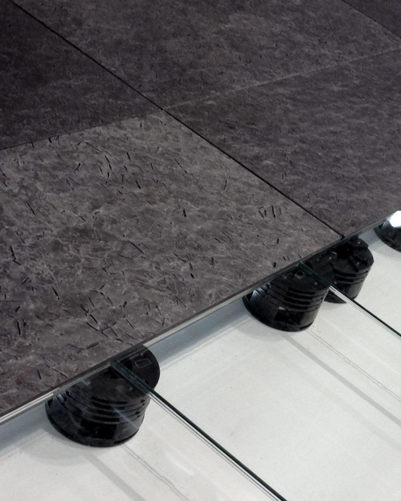 Fliser av Otta skifer som ligger på pidestaller (systemgulv)