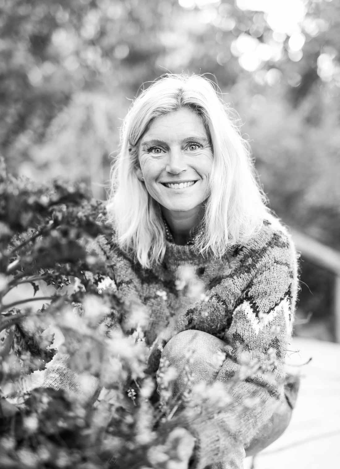 Portrett av hagedesigner Lina Lindberg ved Linas Trädgård