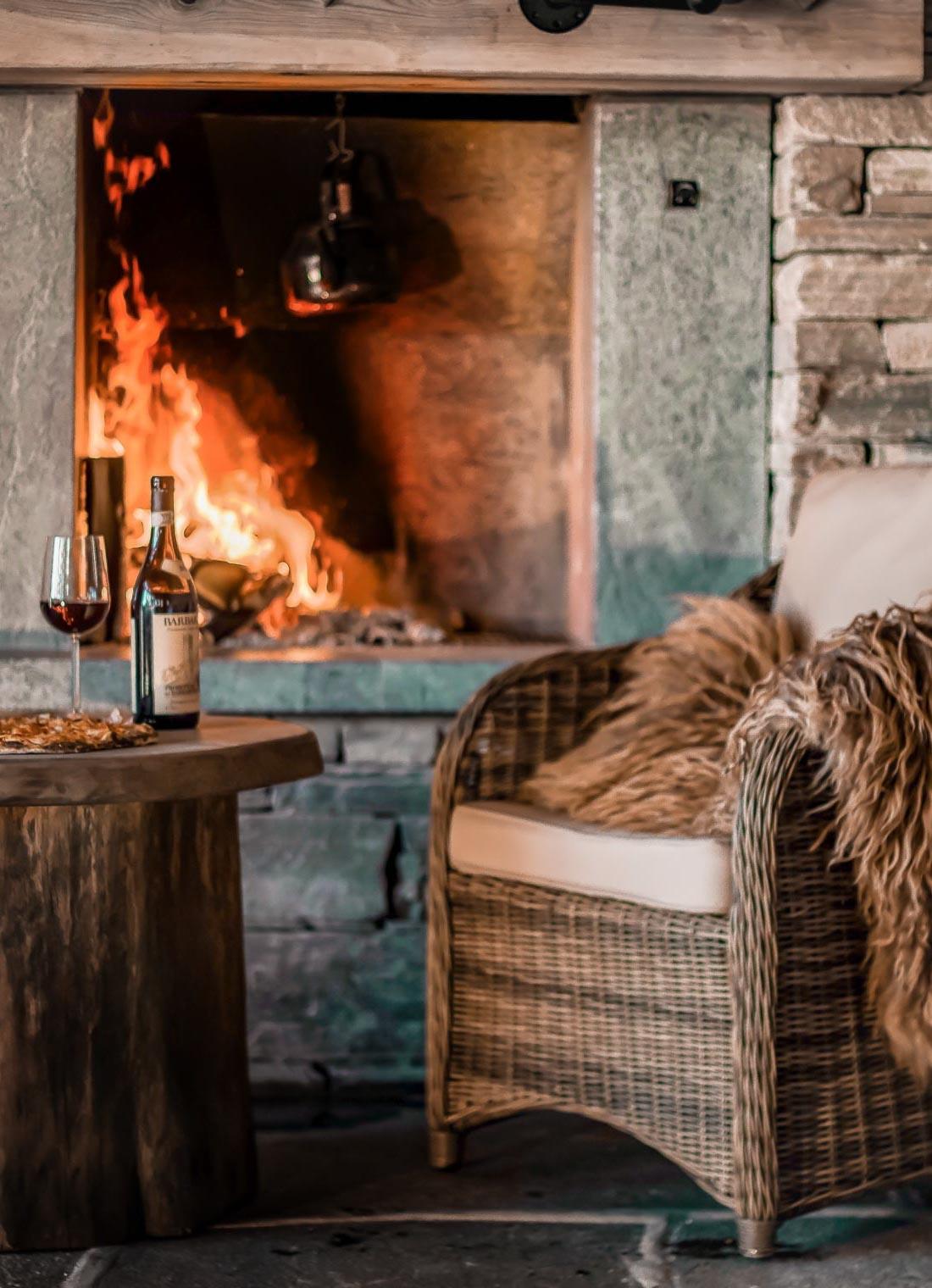 En hytte med en peis av Lys Oppdal skifer murstein tørrmur.