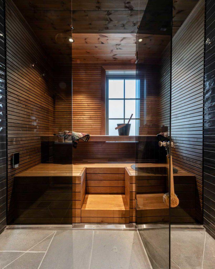 Et bad og en sauna på en hytte med lys Oppdal bruddskifer på gulvet.