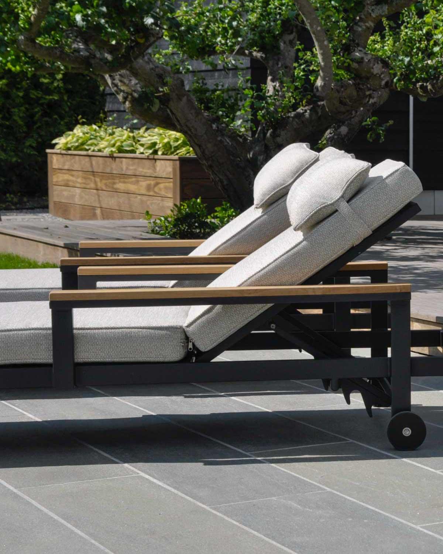 2 moderne solsenger p en terrasse belagt med fliser i lys Oppdalskifer