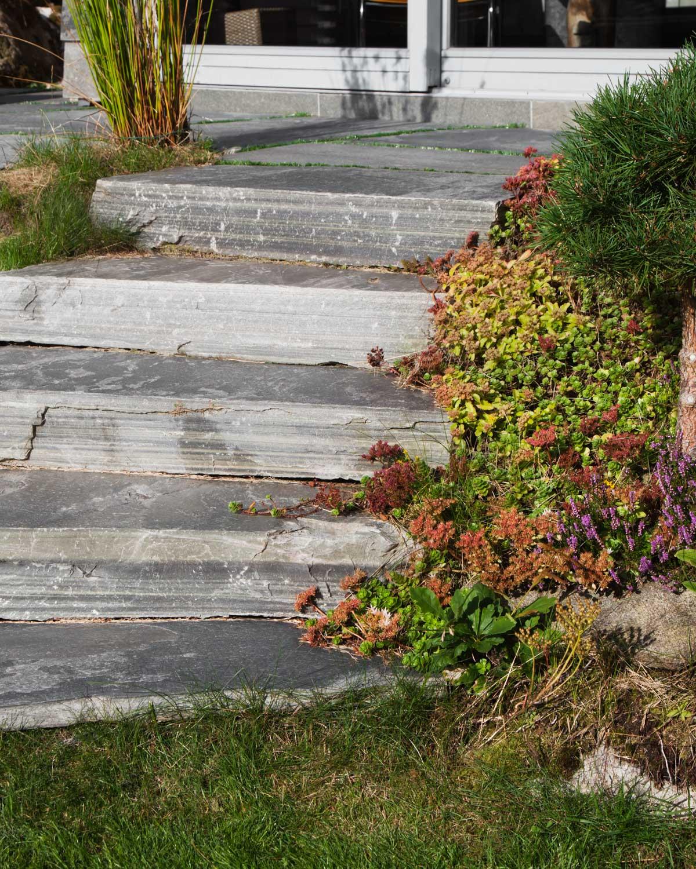 En trapp i hagen av massive naturtrinn trappetrinn av lys Oppdalskifer