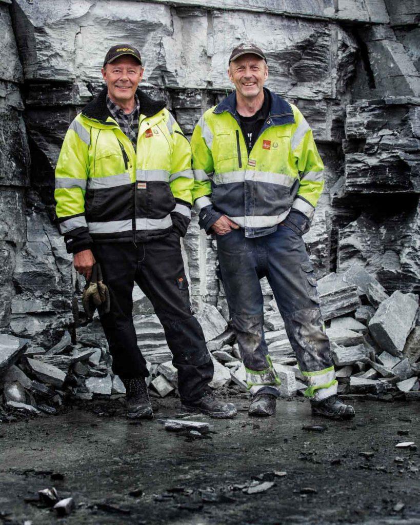 2 menn som jobber med naturstein i skiferbruddet til Offerdalskifer.