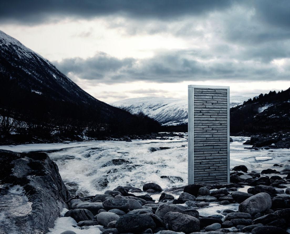 En metallramme med murstein av typen Minera RÅ i lys Oppdalskifer står ute i en elv