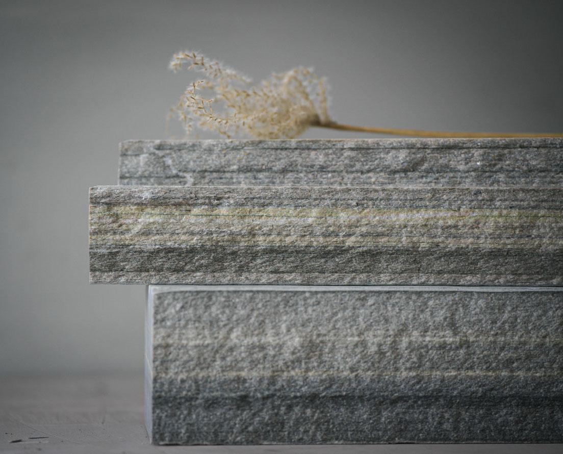 To murstein av skifer kalt Minera REN av lys Oppdal skifer er stablet oppå hverandre