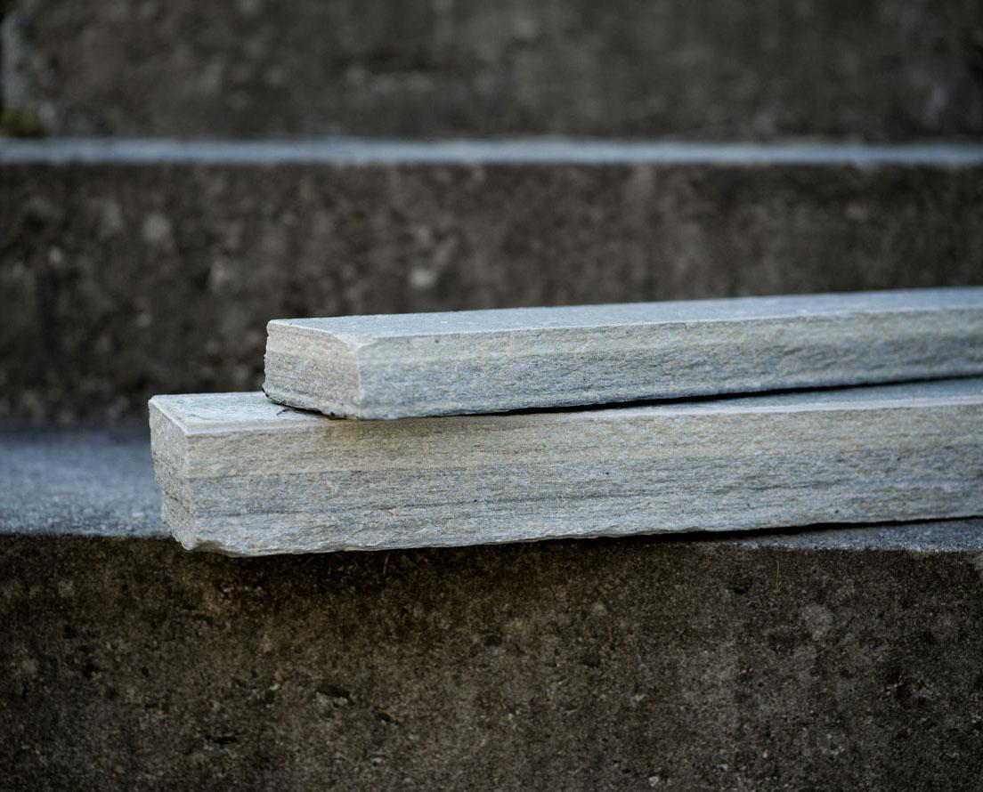 To murstein av skifer kalt Minera Rustikk av lys Oppdal skifer er stablet oppå hverandre