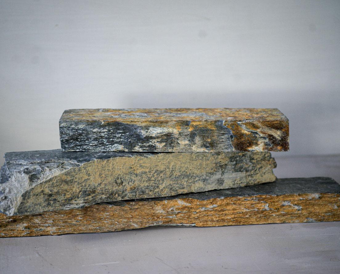Tre murstein av Otta skifer er stablet oppå hverandre