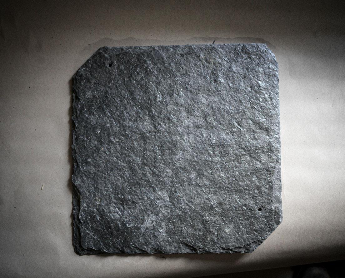 Et nærbilde av en firkanthelle takskifer i Ottaskifer