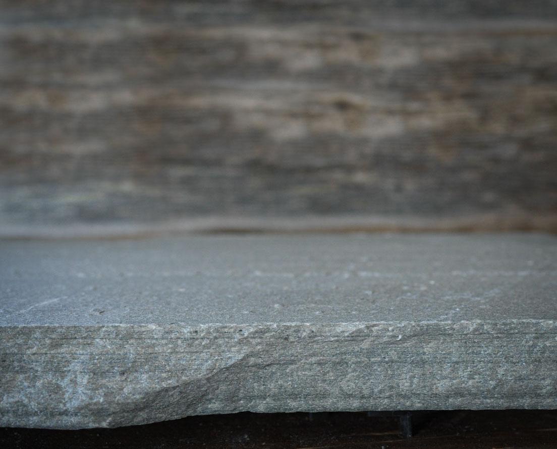 Bildet viser kanten av en ekstra lang tråkkhelle i lys Oppdal skifer