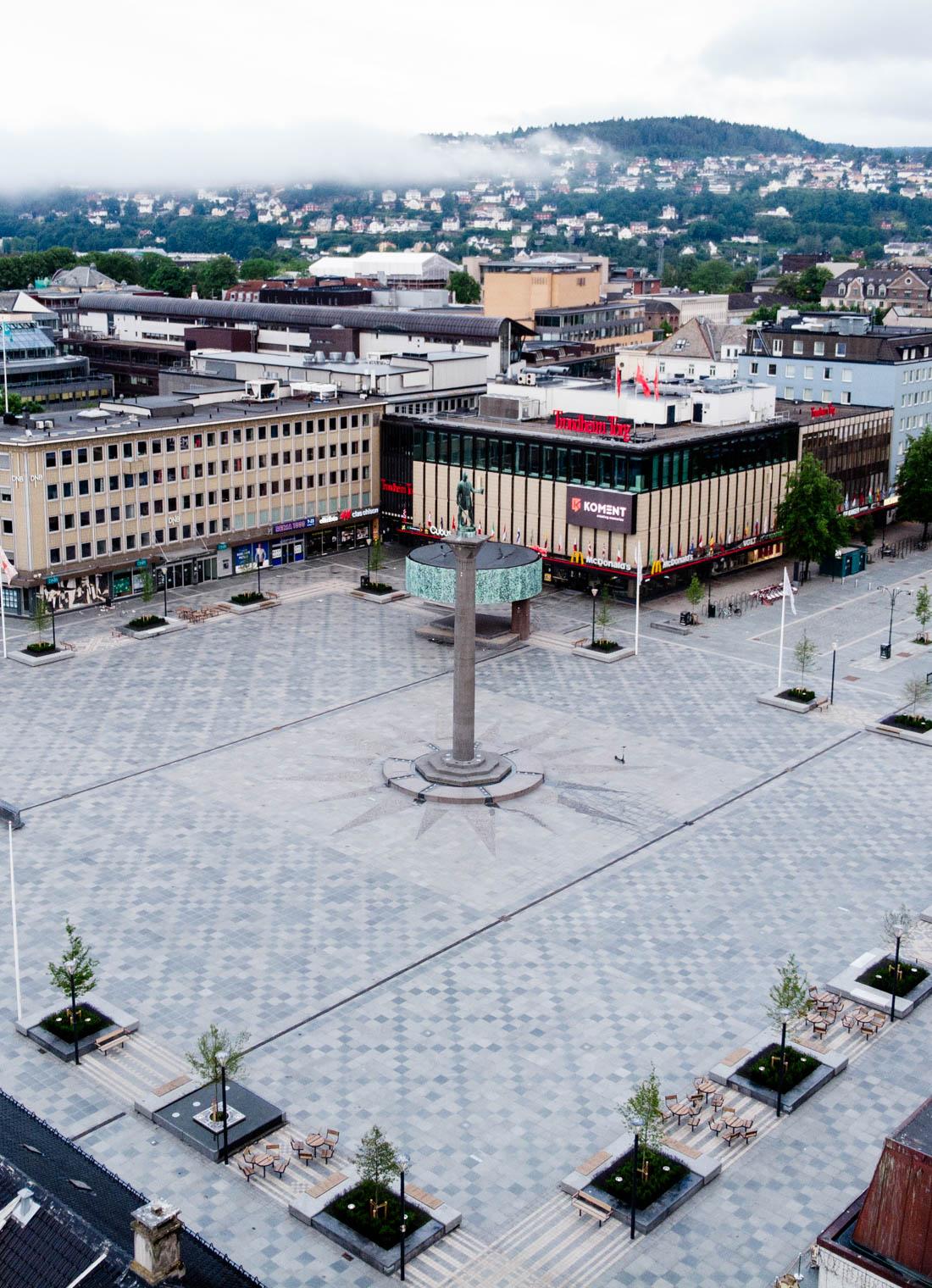 Torvet i Trondheim med fliser av skifer på bakken. Olav Trygvasson er i midten av bildet.