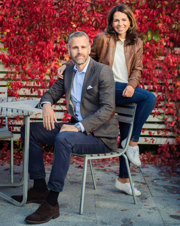 Bildet viser Gustav og Eva Bengtsson som er hagedesignere sittende foran et flott rød villvin