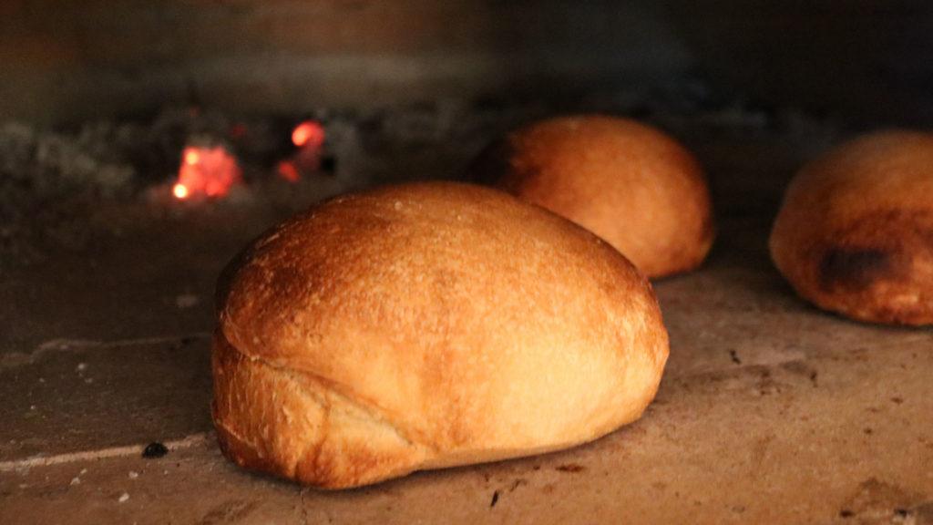 Brød som bakes i en vedfyrt pizzaovn / bakerovn.