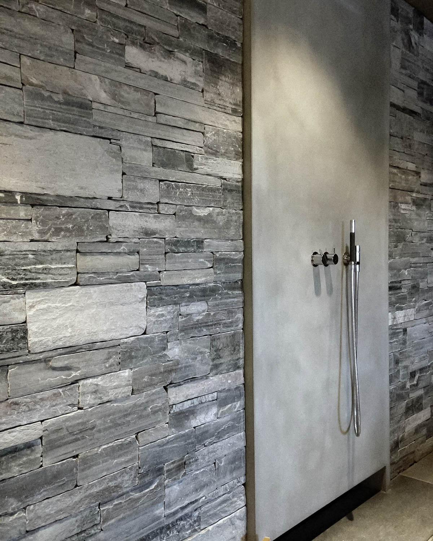 En dusj som har en vegg av lys Oppdal skifer murstein tørrmur