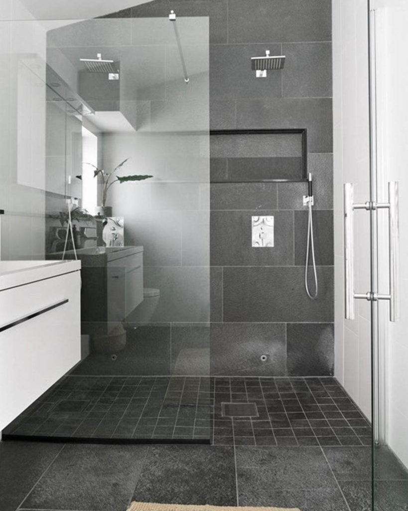 Et moderne bad med Offerdal skifer flis på vegg og Offerdalskifer gulv i mosaikk
