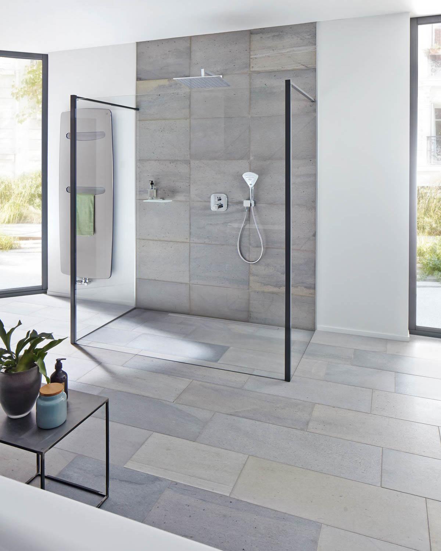 Et stort bad med lys Oppdal silkebørstet fliser av skifer på gulv og på dusjvegg.