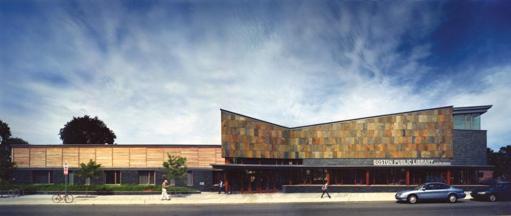 Et moderne bygg med brun fasadeskifer fra Otta Pillarguri. Skiferplatene har en farge av rust som gir et flott fargespill.