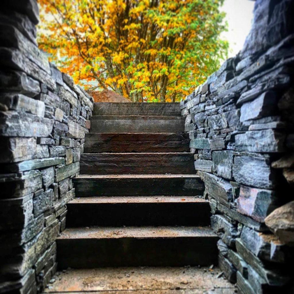 En trapp med høye skifermurer på hver side  - tørrmur av Offerdalskifer murstein.