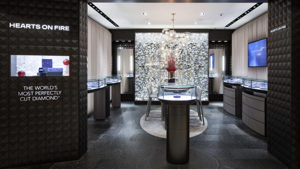 En diamantbutikk med sort skiferflis fra Otta Pillarguri på gulvet. Midt i rommet står et bord med en monter til diamantene.