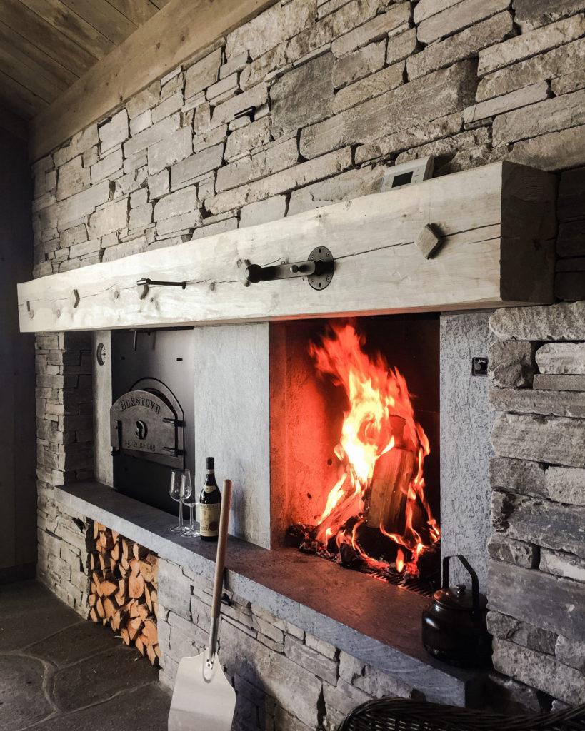 En hytte med en peis av Lys Oppdal skifer murstein tørrmur. I peisen er det innfelt rom for ved. Det er også en bakerovn ved siden av peisen. Gulvet er lagt med brudheller av Lys Oppdalskifer.