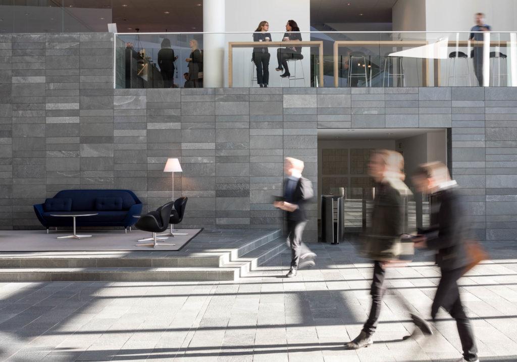 Skiferflis av Offerdalskifer på gulv og vegg i Nordes nye hovedkontor i København