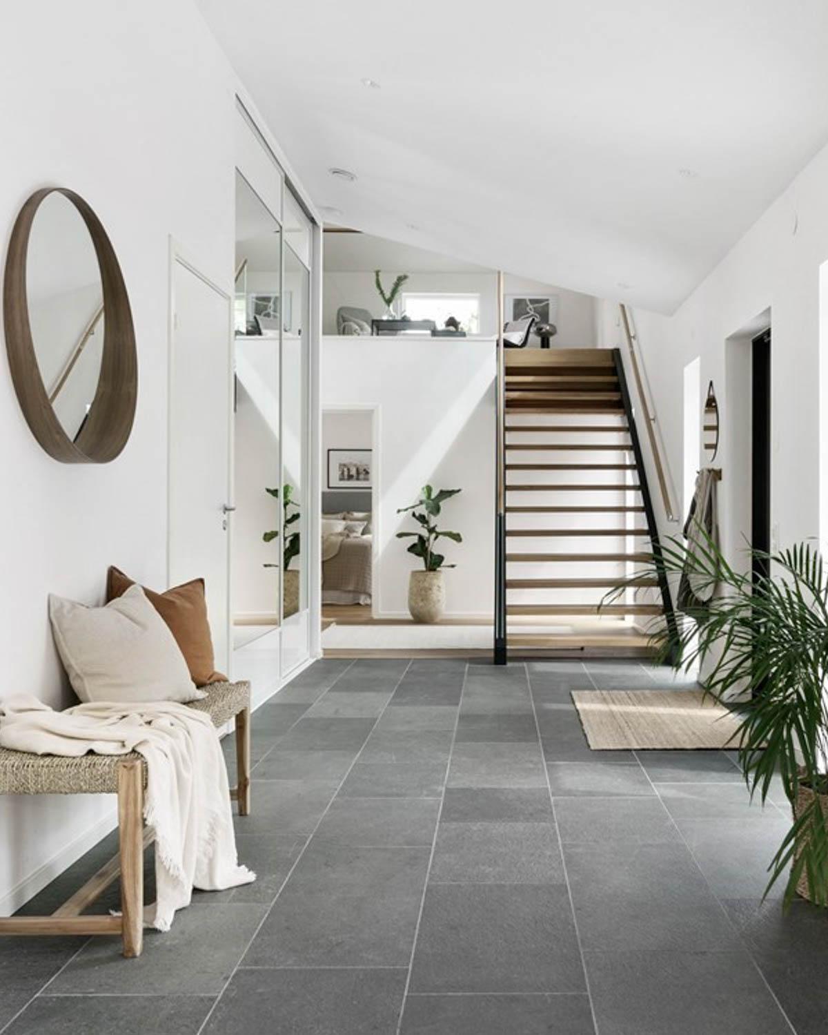 En entré / gang /hall som er belagt med grå fliser i skifer fra Offerdal- Huset har en typisk skandinavisk stil.
