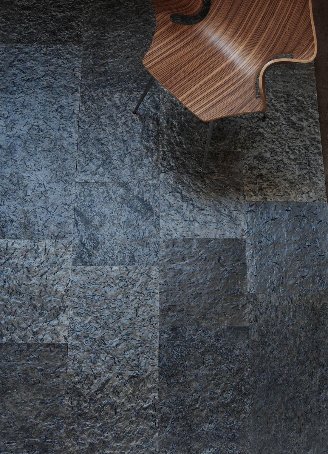 Sorte fliser på gulvet
