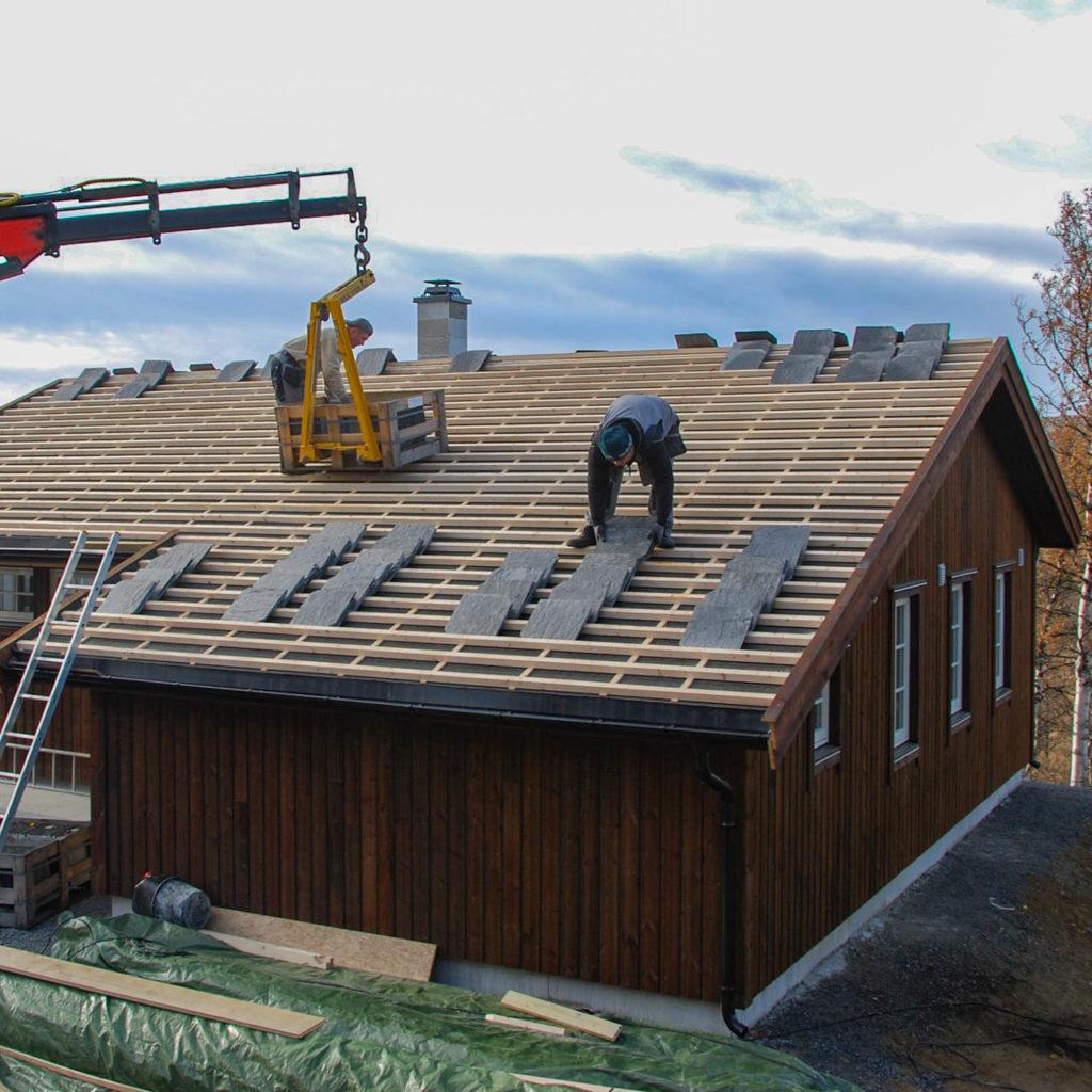 Montering av takskifer på hytta