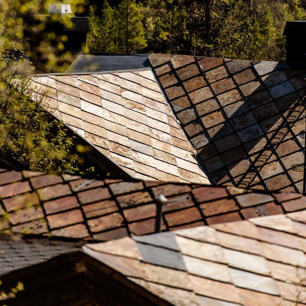 Taket på Elveseter kunst og kulturhotell sett ovenifra. taket ar rustfarget takskifer fra Otta, firkantskifer