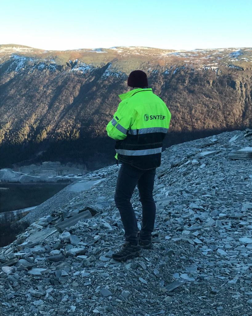 En person fra Sintef står i skiferbruddet til Minera Skifer i forbindels med et prosjekt for å få til en bærekraftig gjenbruk av skifer.