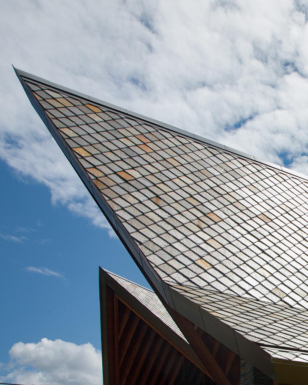 Nærbilde av et spisst skifertak med brun skifer fra Otta Pillarguri.