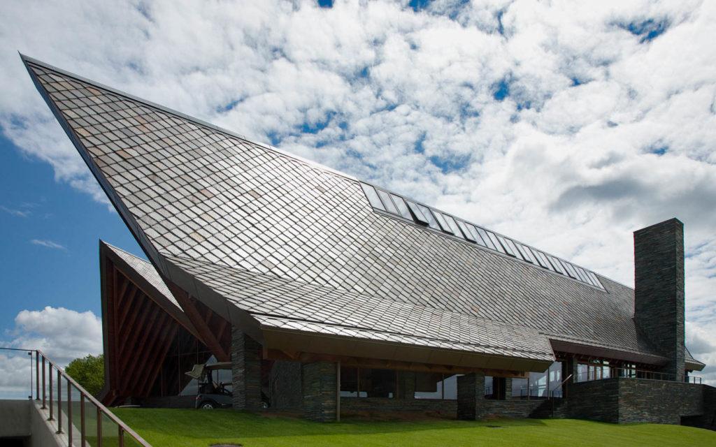 Et moderne bygg med spisse tak kledt med takskifer fra Otta Pillarguri. Bygget har skifermur med Ottaskifer tørrmur.