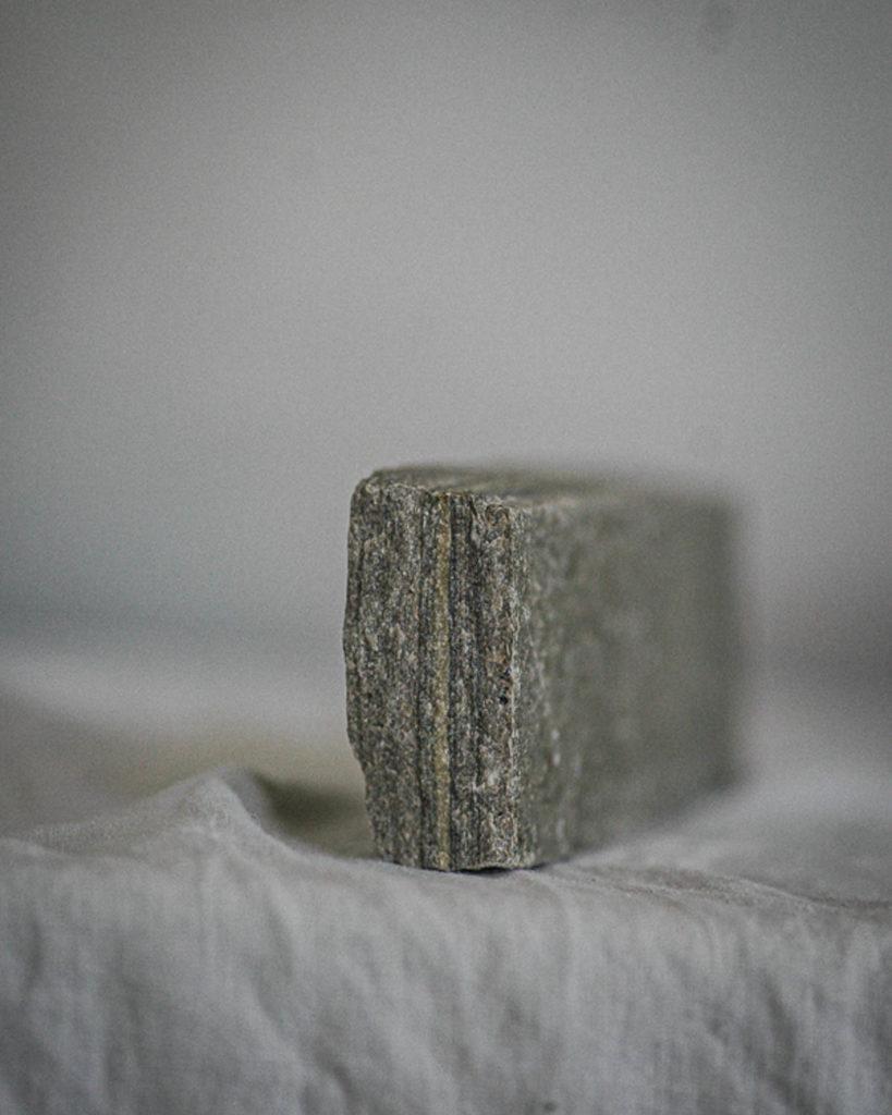 Nærbilde av skiferstein, et miljøvennlig materiale.