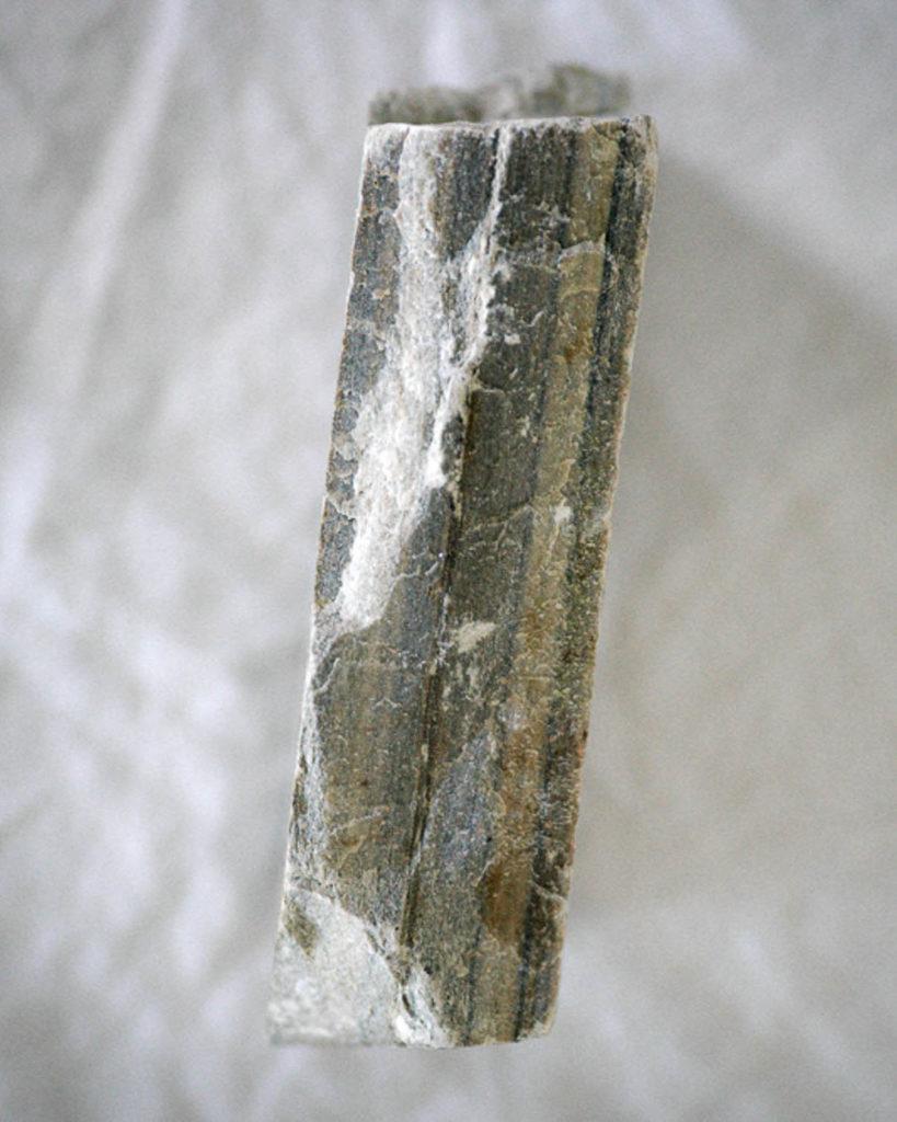 Nærbilde av kanten på skiferen, tydelig formet av naturen.