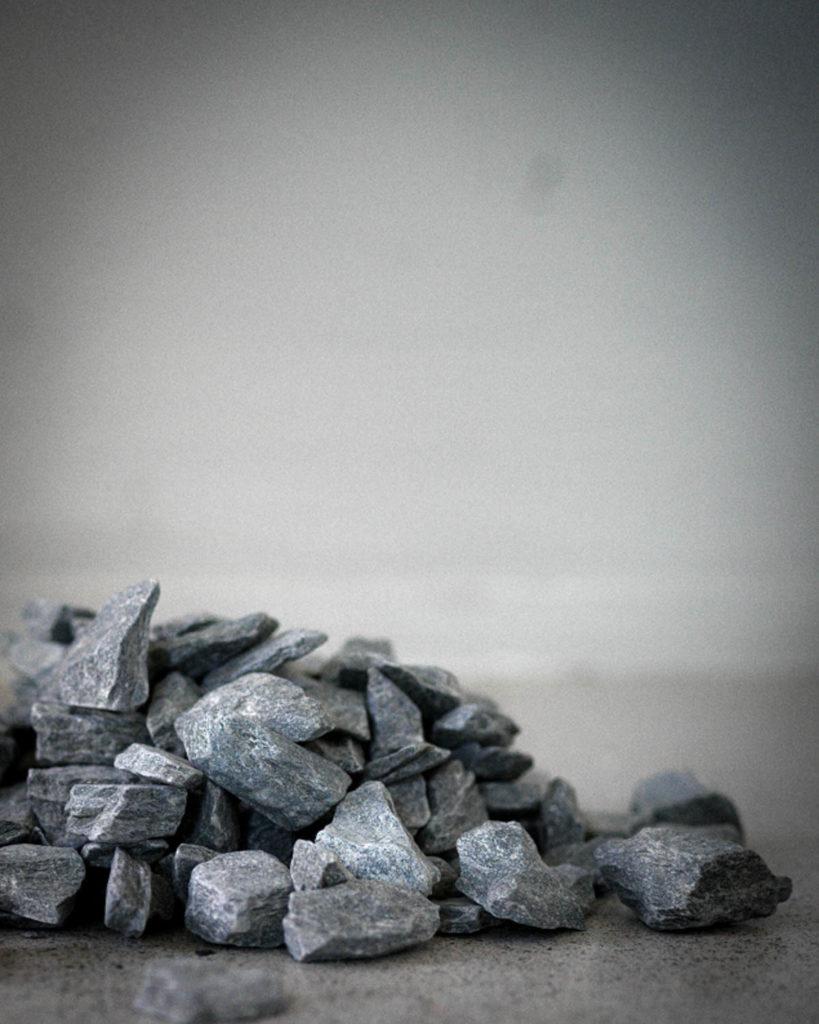 Nærbilde av skifergrus, et miljøvennlig materialvalg