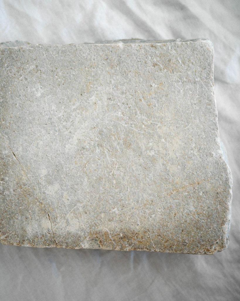 Nærbilde av lys grå skifer, et miljøvennlig materiale.