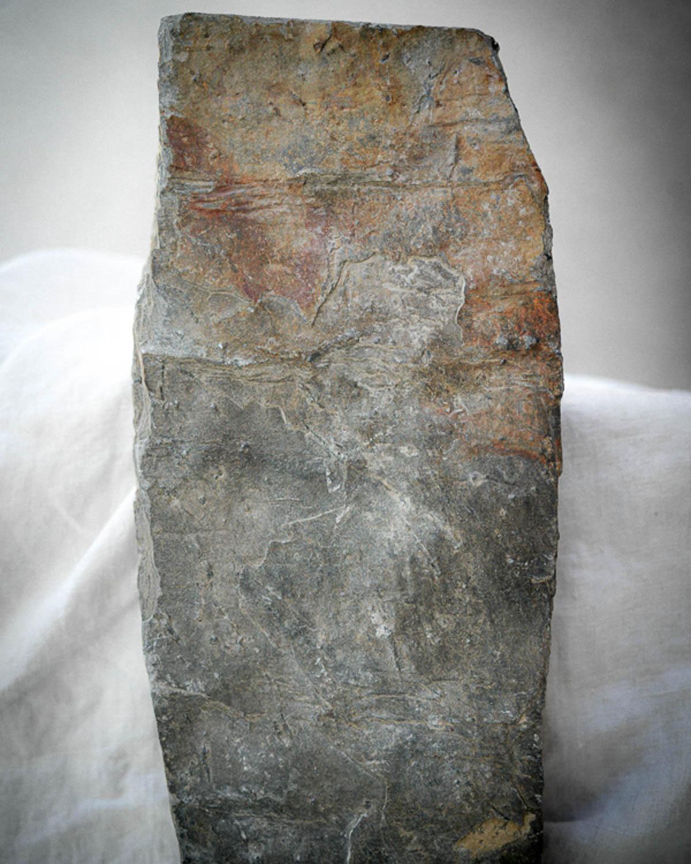 En skifertbit av Ottaskifer fra Minera Skifer som står på et bord. Skifer er et kortreist bærekraftig materiale.