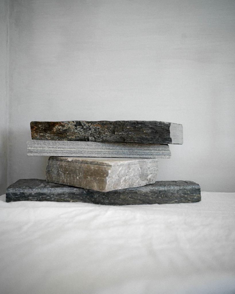 Skiver av ulike skifertyper stablet