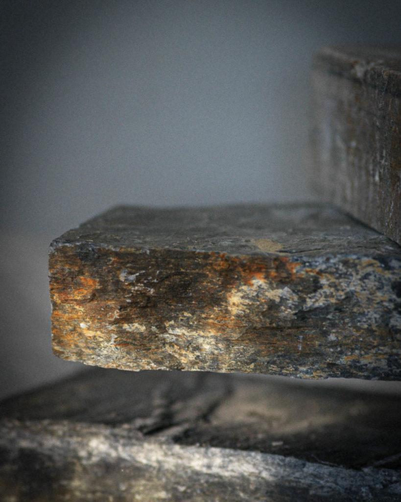 Detaljer av Ottaskiferen i gyllen brun patina